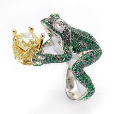 Chopard i will kiss a frog anyday for that. Frog ring in white gold set with emeralds, black diamonds and white diamonds, holding a crown featuring a stunning brilliant-cut yellow diamond entirely surrounded by yellow diamonds High Jewelry, Jewelry Art, Jewelry Accessories, Jewelry Design, Unique Jewelry, Luxury Jewelry, Jewelry Rings, Fashion Jewelry, Bling Bling