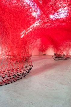 Installatie met rood draad en de frames van boten - EYEspired