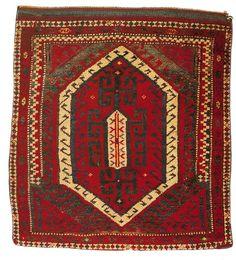 Koçboynuzu, doğurganlık ve üremeyi simgeleyen eril bir motiftir. Canavar ayakları ve çengel motifleri, doğurganlığı nazardan ve kötülükten korumak için kullanılmıştır. 19. yy. Bergama, İzmir #turkish #rug #carpet