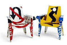 Sillas realizadas reciclando señales de tráfico, corchos de champán y herrajes de acero