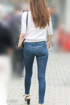極上の美尻タイトデニム!激エロのプリケツを揺らして歩くS級美女!   Beauty Back View