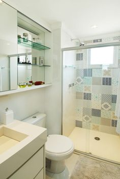 Apartamento pequeno: ambientes integrados e tons amadeirados em 69 m²