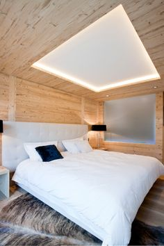 Residences de Rougemont - Master's Bedroom - The motif of the wooden tray ceilings provides a center of interest and helps to establish a sense of order in each room. Interior design by Plusdesign.ch