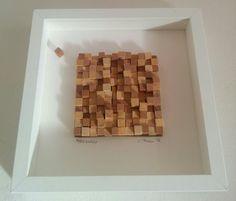 Secluso (chi si esclude volontariamente): quadretto ottenuto mediante l'incollaggio (a caso) di tessere di legno (1x1 cm) di due tonalità di colore tagliati di varie lunghezze (a caso); un cubetto (il secluso) è incollato fuori dal plotone compatto del mosaico.