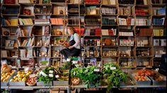 Obidos célèbre chaque jour la littérature de manière festive et inédite, comme ici dans cette épicerie-librairie.