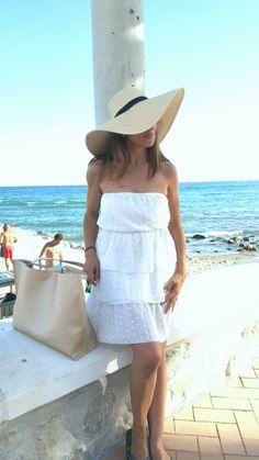 Con sombrero en la playa - Temporada: Primavera-Verano - Tags: sombrero, pamela, fashion, style - Descripción: Un look sencillo con un sombrero de playa como protagonista. No puede faltar en la costa.