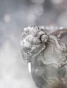 """COLLECTION """"SOUS LE SIGNE DU LION""""  Montre à secret « Lion Astral» en or blanc 18 carats serti de 584 diamants taille brillant pour un poids total de 15,4 carats, 6 diamants taille marquise pour un poids total de 3,8 carats et 1 diamant taille poire."""