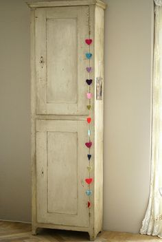 I wanna make this felt heart garland for Ella's room!