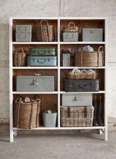 Kast met diverse kistjes, manden en koffers.