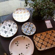 やさしい色使いが素敵な、橋本さんの器たち。 Japanese Taste, Glaze Paint, Ceramic Design, Decorative Plates, Pottery, Ceramics, Tableware, Glass, Painting
