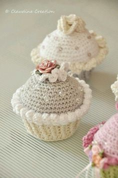 This crochet cupcake is adorable. I think it's crocheted quite fast, but the… zubehör häkeln crochet pattern : Tous les messages sur crochet pattern - Little Inspiring Soul : crochet amigurumi Cupcake Crochet, Crochet Food, Love Crochet, Crochet Gifts, Crochet Flowers, Knit Crochet, Crochet Amigurumi, Amigurumi Patterns, Crochet Dolls