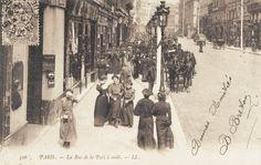 rue de la Paix - Paris 2ème Sortie pour le déjeuner des Midinettes, des Maisons de Couture.. La rue de la Paix à midi, à la sortie des ateliers de couture, vers 1900.