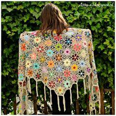 Meraviglioso sciale all'uncinetto realizzato con mattonelle con motivo a fiore. E' un modello tutto colorato che ci permetterebbe di utilizzare i rimanenze