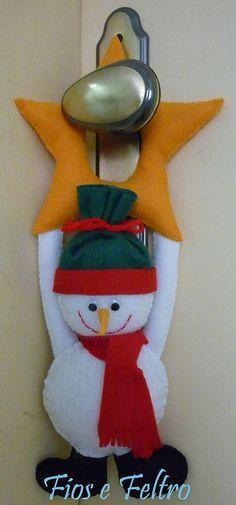 colgador pomo de puerta: muñeco de nieve Dollar Tree Christmas, Christmas Love, Christmas Snowman, Christmas Holidays, Christmas Ornaments, Snowman Door, Snowman Crafts, Xmas Crafts, Diy And Crafts