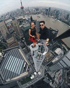 Beautiful Russian Daredevil Girl Takes The Most Dangerous Selfies - Daredevil films extreme parkour on top of skyscraper