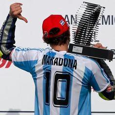 Valentino Rossi celebra su triunfo en Argentina con la camiseta del Diego. #Momentos2015