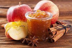 500 g jablek, 1/4 l jablečného moštu nebo džusu (např. jablečné šťávy 100% Kapíto), celá skořice (např. skořice celá Dle Gusta), hvězdičkové koření, 300 g želírovacího cukru, 1 lžička kyseliny citronové, 4 lžíce tuzemáku (např. Tuzemáku Marshall)