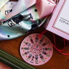 Últimos 3 días 🙌🏻❤️🙌🏻 . PROMO Madre-hija, 2 pañuelos con una hermosa cajita de regalo 🎁 + postal de usos del pañuelo + Envío GRATIS a cualquier sucursal Oca del país. . . . ❤️www.sofialapenta.com.ar  #sofialapenta #inspiracion #scarf #gift #fashion #fashiondesign #drawing #designed #ilustracion #illustration #surrealism #art #sketchbook #love #work #artwork #studio #painting #welivetoexplore  #spreadlove  #visualsoflife #welltraveled #explore #traveltheworld