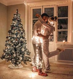 Christmas Couple Photoshoot Ideas – Relationship Goals Christmas Tree and snow can make a wonderful background for a Christmas couple photoshoot that you will remember for years. I've gathered 30 beautiful… Family Christmas Pictures, Christmas Couple, Christmas Mood, Christmas Photo Cards, Outdoor Christmas, Holiday Photos, Christmas Humor, Christmas Images, Xmas Cards
