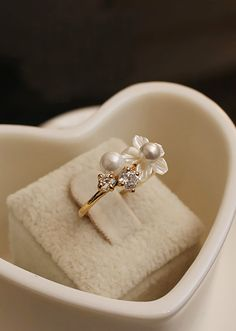 Seashell Flower and Pearl Ring not engagement/wedding but still very pretty Pearl Diamond, Pearl Ring, Pearl Jewelry, Jewelery, Pearl Earrings, Jewellery Rings, Diamond Flower, Dainty Jewelry, Gold Pearl