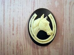 40x30mm Horse And Horseshoe Cameo (1) - L802-1