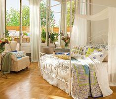 Спальня с кроватью с балдахином и Терраса. Главная спальня с бельем и несколько живых цветов