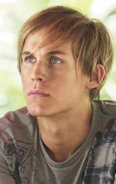 Rhys Wakefield hasdlfasjlfoaiw! This is who I imagine as Finnick Odair.