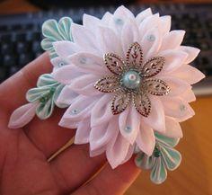 Flores de listón para utilizar en broches para ropa o para el cabello.