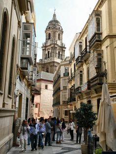 Centro Histórico de Málaga. Vista de la Catedral al fondo. Calle San Agustín.