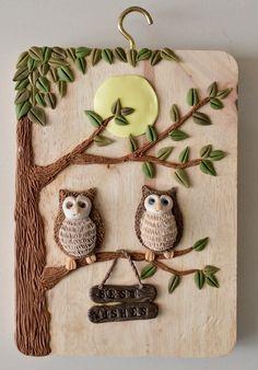 我想做一些有关大自然,动物之类的东西。所以就做了可爱的绵羊和猫头鹰。 这一组小吊饰品,是小岛的某个漂亮MM定做的。很可爱吧? Rock Crafts, Diy Arts And Crafts, Creative Crafts, Hobbies And Crafts, Bottle Art, Bottle Crafts, Clay Fairy House, Clay Wall Art, Clay Art Projects