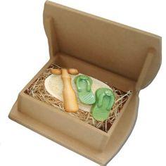 kit composto por:      01 bucha vegetal oval, 01 massageador mini-roller, 01 par de sabão formato chinelinhos 100g; Embalagem caixa MDF natural 15,5 x 15.5 x 3,5 cm.