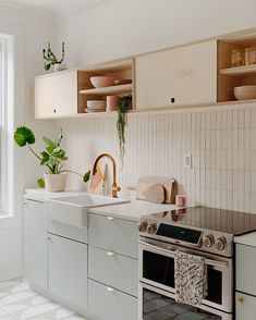 49 creative small apartment kitchen design and organization ideas 46 Kitchen Reno, Home Decor Kitchen, Kitchen Interior, New Kitchen, Home Kitchens, Kitchen Tile, Brooklyn Kitchen, One Wall Kitchen, Studio Kitchen