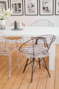 Besonders beliebt bei trendbewussten Bloggern wie Lena Terlutter: reduzierte Räume und Materialmix. Erstere, weil sie uns vom stressigen Alltag befreien. Und die Kombi aus Rattan, Kunststoff, Metall und Fellen macht das Heim auf subtile Weise wieder spannend.