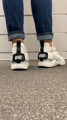Air Max Sneakers, High Top Sneakers, Shoes Sneakers, Sneaker Trends, All White Shoes, Mom Clothes, Mom Outfits, Nike Air Vapormax, White Nikes