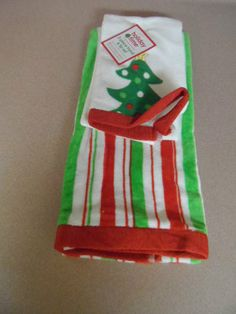 HAND TOWEL SET. 2 PIECE HAND AND TIP SET. CHRISTMAS TOWELS. NEW WITH TAGS