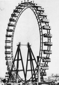 IlPost - La grande ruota panoramica costruita per l'Esibizione di Parigi del 1900, Francia (Spencer Arnold/Getty Images) - La grande ruota panoramica costruita per l'Esibizione di Parigi del 1900, Francia  (Spencer Arnold/Getty Images)