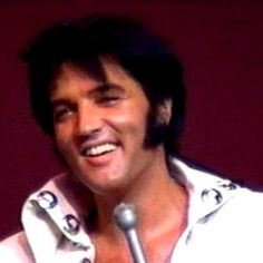 Elvis live at the International Hotel Las Vegas august 12th 1970 ( Hilton in 1971 )  Stage outfit ;  Concha suit .