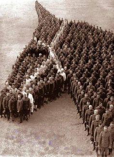 Des soldats américains rendent hommage aux 8 millions de chevaux morts durant la 1ère Guerre Mondiale. Magnifique!  #11Novembre