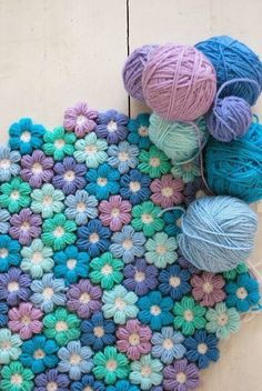 Crochet Puff Flower Crochet Puff Flower Blanket Free Pattern - You will love to make this Crochet Puff Flower Blanket and it's a fabulous free pattern. We've also included a video tutorial to show you the process. Crochet Diy, Diy Crochet Flowers, Crochet Video, Manta Crochet, Crochet Crafts, Yarn Crafts, Bobble Crochet, Diy Flower, Crochet Blanket Flower