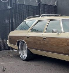 This ones going to have someone looking to buy a ! Mounted up the on 26 74 Full pics Chevy Caprice Classic, Chevrolet Caprice, Vista Cruiser, Donk Cars, Woody Wagon, Flower Car, Auto Body Repair, Rims And Tires, Old School Cars