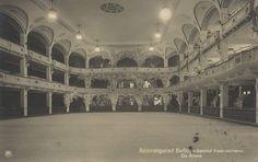 """Eisarena im Admiralspalast, 1911. In der 50 Meter × 23 Meter großen Eisarena wurden """"Eisballette"""" aufgeführt, die eigens von dem Leiter des Hausorchesters Julius Einödshofer komponiert wurden"""