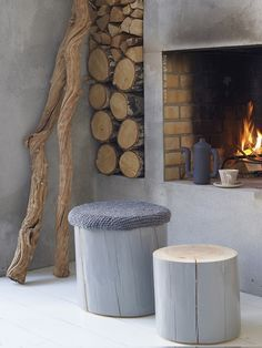 Open haard beton look - Woontrendz I love the icy gray, the raw wood, and the warmth of the fire. Log Stools, Rustic Stools, Stump Table, Home Fireplace, Fireplaces, Fireplace Modern, Simple Fireplace, Concrete Fireplace, Wood Stool