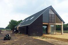 Schuurwoning Deurze is een moderne woning met de contouren van een oude boerderij.