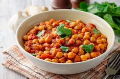 This Super-Easy Chana Masala Recipe Takes Chickpeas to a New Level Chickpea Recipes Easy, Easy Chickpea Curry, Chickpea Snacks, Chickpea Burger, Vegan Dinner Recipes, Vegan Recipes Easy, Cooking Recipes, Main Dish Salads, Vegan Main Dishes