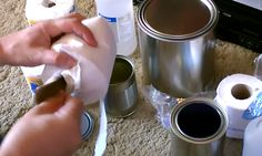 Hij doet wat toiletpapier in een oud verfblik…..en maakt iets briljants! Wow…