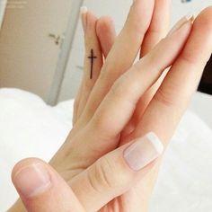 Tatouage croix doigt intérieur