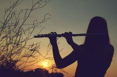 """""""Édes dallam indázik elő a furulyából, és bár még csak az imént hangzott fel, máris olyan, mintha órák, napok, évek óta szólna. Ahogy árad, ahogy lüktet, Emese rádöbben, mitől olyan ismerős: a szél éneke, a soha nem pihenő levegő suhanása furulyaszóba fogva, és tényleg mindig hallja, mindig ott dalol a fülében, csak úgy megszokta már, hogy föl se figyel rá. Csak most."""""""
