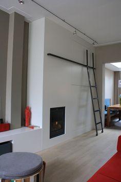 Een grote kastenwand tot het plafond ruimte op.