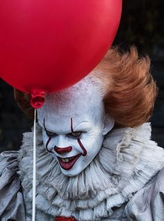Close Up Poster Stephen King Ça - Pennywise Ballon x + Un Poster Bora Bora en Cadeau! It Pennywise, Pennywise Poster, Pennywise The Dancing Clown, Female Pennywise Costume, Pennywise Halloween Costume, Scary Wallpaper, Halloween Wallpaper Iphone, Mobile Wallpaper, Iphone Wallpaper