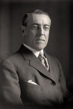 Woodrow Wilson (1856-1924) was President van Amerika in 1913 tot 1921. Duitsland wou Mexico tegen Amerika opzetten door een telegram te zenden. Engeland ving dit telegram op en stuurde dit naar Amerika. Dit was een reden voor Wilson om Duitsland de oorlog te verklaren in 1917. Na de oorlog kwam Wilson met het voorstel van de Volkenbond, want dit zou nooit meer mogen gebeuren.